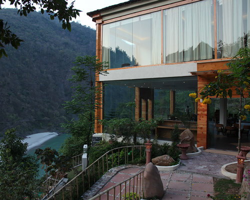 Hotel raga on the ganges en rishikesh en la india